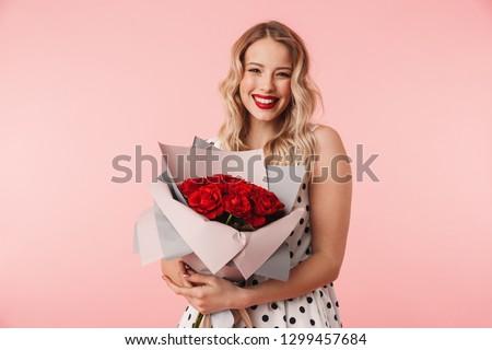 hermosa · morena · mujer · ramo · rosas · rojas · flores - foto stock © victoria_andreas