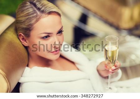 Schönen junge Mädchen weiß robe Sitzung Tabelle Stock foto © Traimak