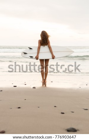 Szörf lány hosszú haj szörfözik fiatal szörfös Stock fotó © ElenaBatkova