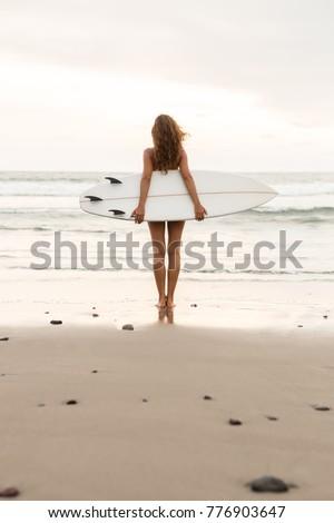 surfen · bali · surfer · lopen · surfboard · oceaan - stockfoto © elenabatkova