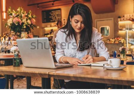 Stockfoto: Jonge · ernstig · zakenvrouw · vergadering · tabel · cafe
