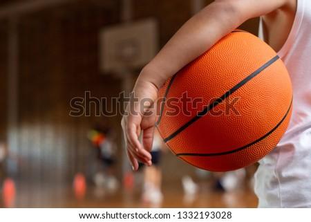 écolier basket bras permanent basket-ball Photo stock © wavebreak_media