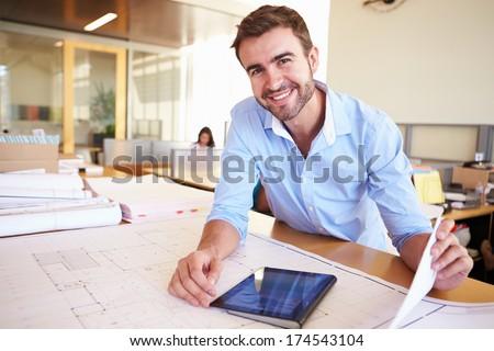 Homem de negócios sessão secretária escritório olhando abrir Foto stock © ElenaBatkova