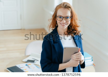 Zufrieden weiblichen besitzen Unternehmen positive Gesichtsausdruck Stock foto © vkstudio