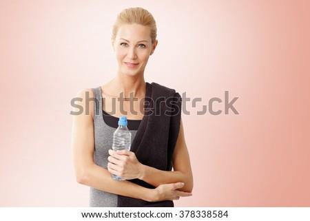 Ritratto felice donna abbigliamento sportivo asciugamano Foto d'archivio © wavebreak_media