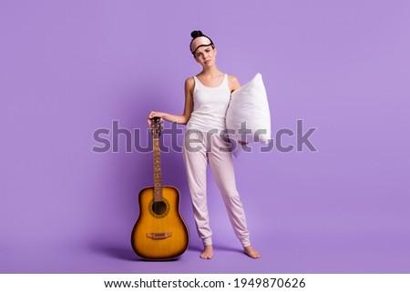 Brunette gitarist meisje nacht stad sexy Stockfoto © dashapetrenko