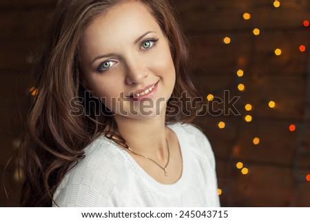 Mooie vrouw pels vergadering kerstboom houten Stockfoto © dashapetrenko