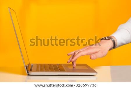 üzletember kisajtolás modern laptop számítógép színes iroda Stock fotó © ra2studio