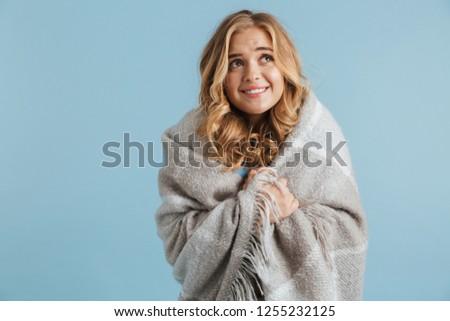 Obraz przepiękny kobieta 20s koc patrząc Zdjęcia stock © deandrobot