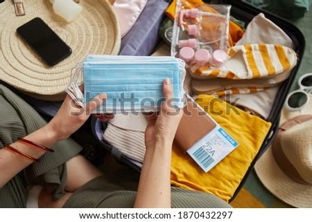 женщину · чемодан · брюнетка · ретро-стиле - Сток-фото © feedough