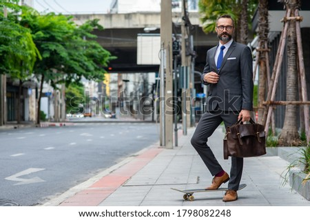 üzletember aktatáska áll gördeszka vektor rajz Stock fotó © pikepicture