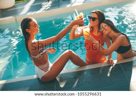 fiatal · nők · iszik · szórakozás · úszómedence · forró · nyár - stock fotó © boggy