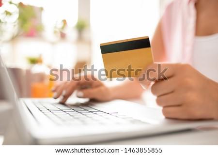 現代の 女性 買い物客 プラスチック カード 個人 ストックフォト © pressmaster