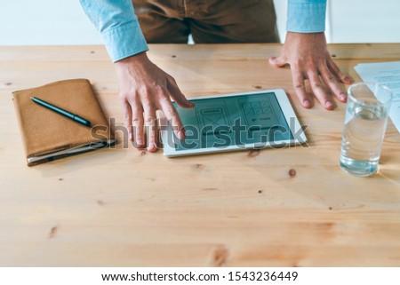 Giovani imprenditrice touchpad tavola business Foto d'archivio © pressmaster