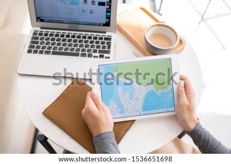 Genç kadın touchpad harita göstermek çalışma Stok fotoğraf © pressmaster
