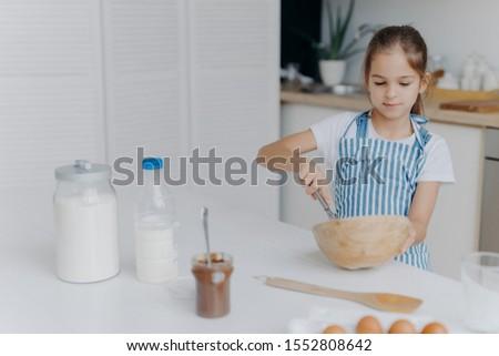 Cute piccolo ragazza strisce grembiule ingredienti Foto d'archivio © vkstudio