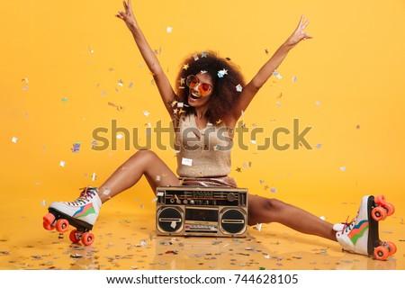 Stockfoto: Afbeelding · mooie · vrouw · afro · kapsel · glimlacht