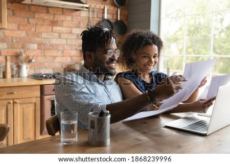 Positivo mulher homem discutir pagamento utilidade Foto stock © vkstudio