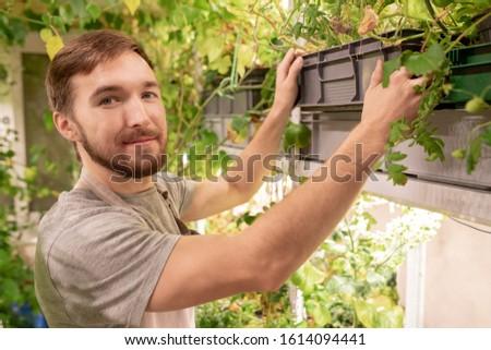 Jonge tuinman werkkleding naar vak Stockfoto © pressmaster