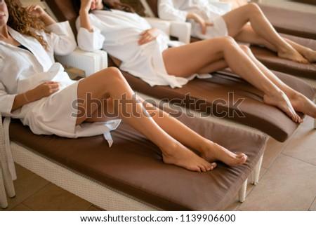 Kobieta kąpielowy szlafrok spa procedura pitnej soku Zdjęcia stock © boggy