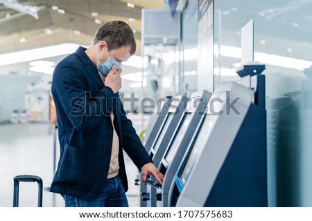 выстрел человека проверить столе аэропорту службе Сток-фото © vkstudio