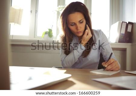 女性実業家 · 話し · 電話 · 事務 · ビジネス - ストックフォト © wavebreak_media