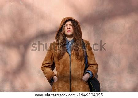 ブロンド · 少女 · ルックス · カメラ · きれいな女性 · ガラス - ストックフォト © feedough