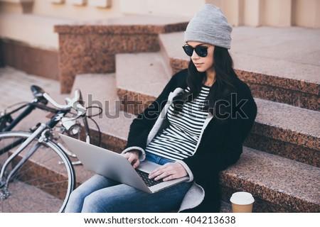 женщину улице сидят портативного компьютера набрав бизнеса Сток-фото © deandrobot