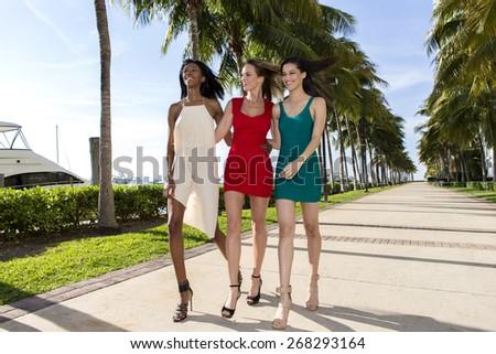 Trzy kobiet spaceru ciepły słoneczny lata Zdjęcia stock © BrazilPhoto