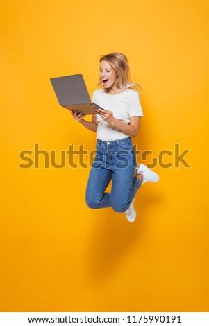 Femme isolé jaune mur utilisant un ordinateur portable ordinateur Photo stock © deandrobot