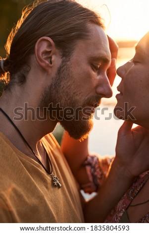 Retrato alegre hippies homens mulheres sorridente Foto stock © deandrobot