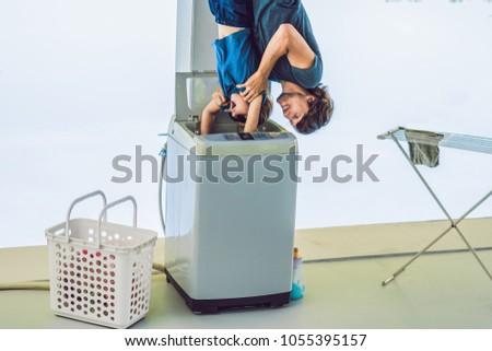 Pai lavar filho máquina de lavar roupa em pé de cabeça para baixo Foto stock © galitskaya