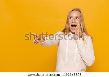Fotografia zdziwiony uczennica stomatologicznych szelki wskazując Zdjęcia stock © deandrobot