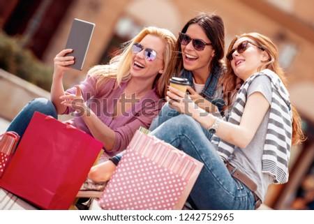 Vásár divat fogyasztói társadalom emberek boldog fiatal nő Stock fotó © galitskaya