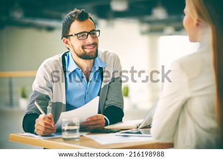 Biznesmen konsultacji młodych kobiet kolega partnerem Zdjęcia stock © pressmaster