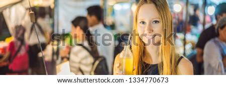 Donna bere zucchero di canna succo asian mercato Foto d'archivio © galitskaya