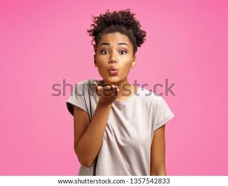 Mooie jonge vrouw kus hand model Stockfoto © serdechny