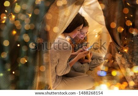 Famille heureuse smartphone enfants tente maison famille Photo stock © dolgachov