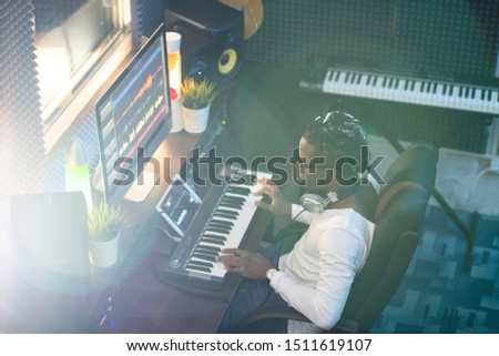 Jovem africano músico olhando tela do computador local de trabalho Foto stock © pressmaster