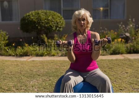 アクティブ シニア 女性 行使 ダンベル ボール ストックフォト © wavebreak_media