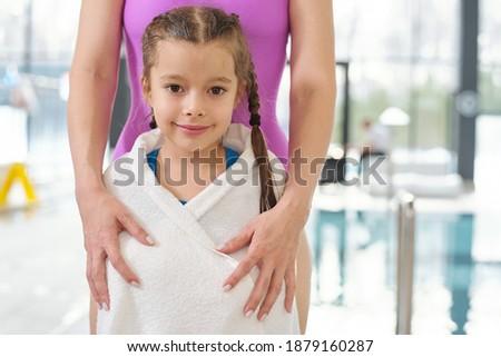 Mulher jovem filha tanto olhando novo Foto stock © pressmaster