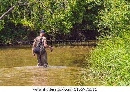 férfi · halászat · hegy · folyó · kampó · boldog - stock fotó © galitskaya