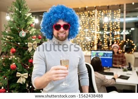 Derűs fiatal üzletember kék fürtös paróka Stock fotó © pressmaster