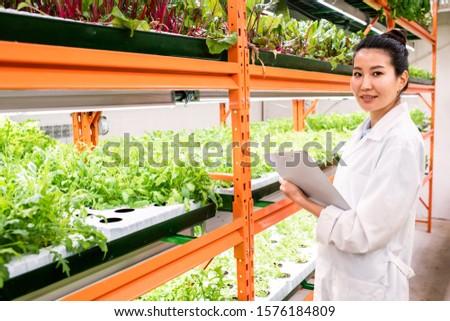 Fiatal női biológus tanul új növények Stock fotó © pressmaster