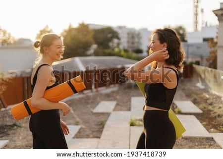 Kettő fiatal nők gimnasztikai szabadtér városi csinos Stock fotó © boggy