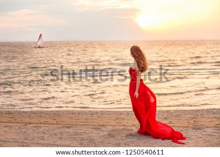 Karcsú gyönyörű piros fiatal nő borravaló lábujjak Stock fotó © vkstudio