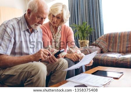 Vue couple de personnes âgées Bill Photo stock © wavebreak_media
