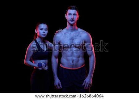 Genç uygun ayakta gömleksiz Stok fotoğraf © pressmaster
