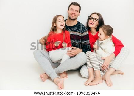 Stúdiófelvétel boldog család ül padló mezítláb átölel Stock fotó © vkstudio