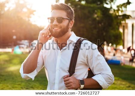画像 あごひげを生やした 男 サングラス 話し スマートフォン ストックフォト © deandrobot